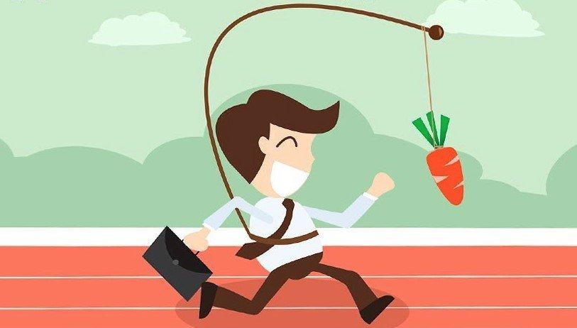 Мужчина бежит за морковкой
